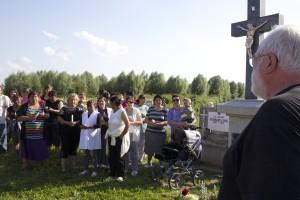 am Grab von Pfarrer Lothar Weiß